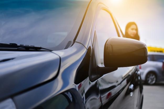 Samochód zaparkowany na drodze, jazda samochodem na drodze