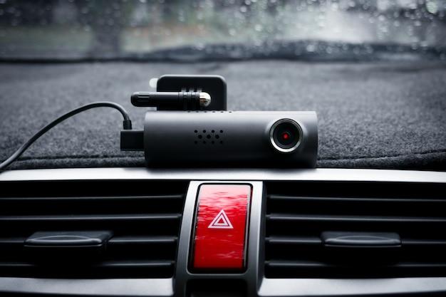 Samochodowa kamera wideo (kamera samochodowa) i przycisk światła awaryjnego w samochodzie, koncepcja kamery bezpieczeństwa do ochrony samochodu, technologia zapewniająca bezpieczeństwo