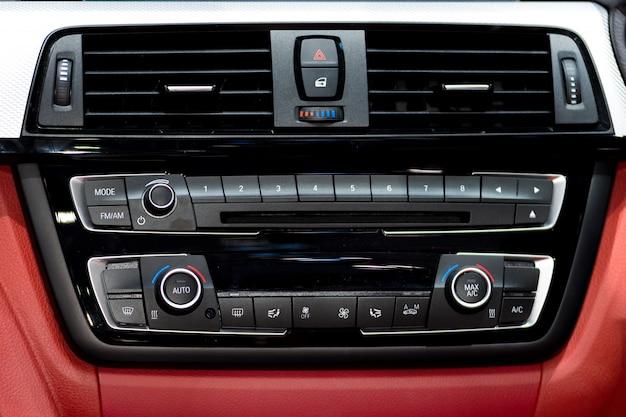 Samochodowa konsola instrumentów i radio stereo z panelem klimatyzacji w samochodzie.