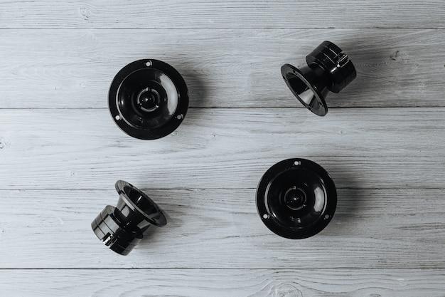 Samochodowe głośniki samochodowe leżą na białym tle drewnianych
