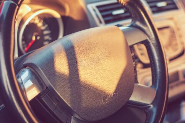 Samochodowy kierownicy zbliżenie w kabinie