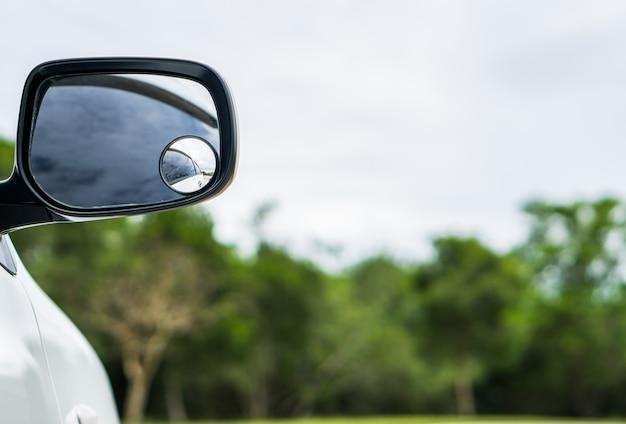 Samochodowy lustro na zielonym tle