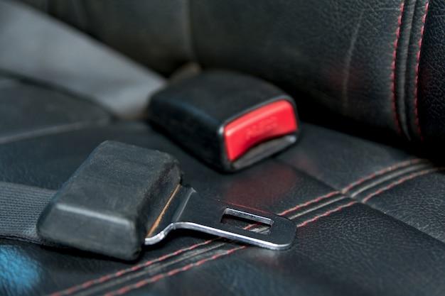 Samochodowy pas bezpieczeństwa na miejscu pasażera w samochodzie. bezpiecznie w samochodzie