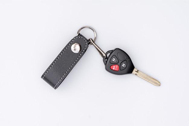 Samochodu klucz z pilot do tv odizolowywającym na białym tle.