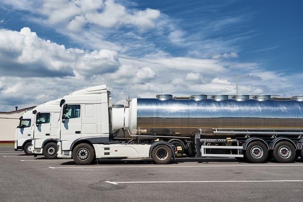Samochody ciężarowe z cysterną na parkingu