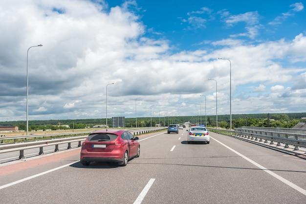 Samochody i ciężarówki na autostradzie, szybki dostęp do dowolnego miejsca na świecie