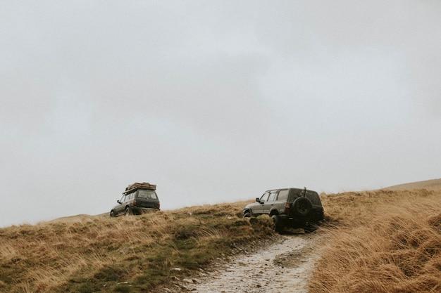Samochody jadące po terenowym szlaku