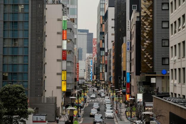 Samochody jeżdżące po japońskiej ulicy