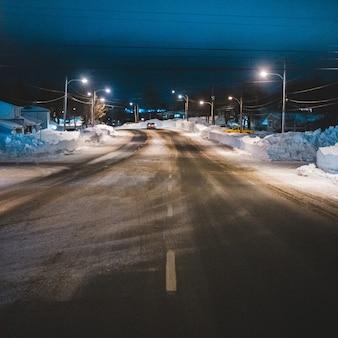 Samochody na drodze w nocy