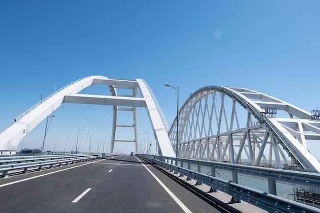 Samochody na krymskim moście samochodowym łączącym taman i kercz