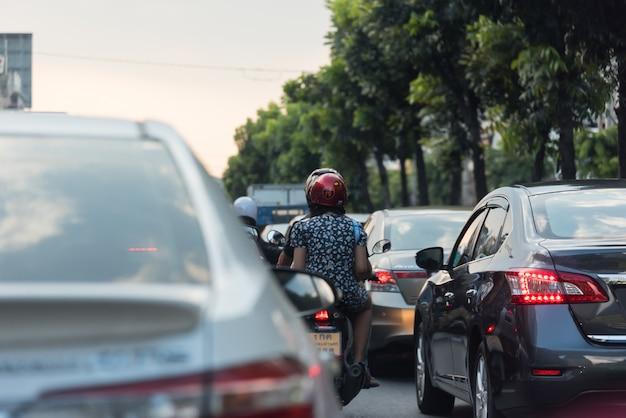 Samochody na ruchliwej drodze w mieście z korkiem