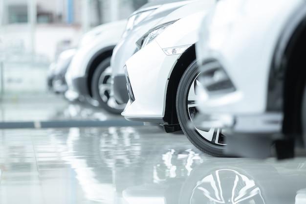 Samochody na sprzedaż, przemysł motoryzacyjny, salon dealerski samochodów.