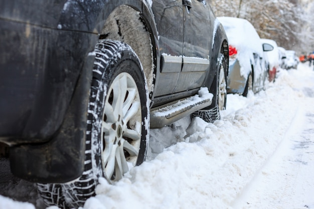 Samochody pokryte śniegiem