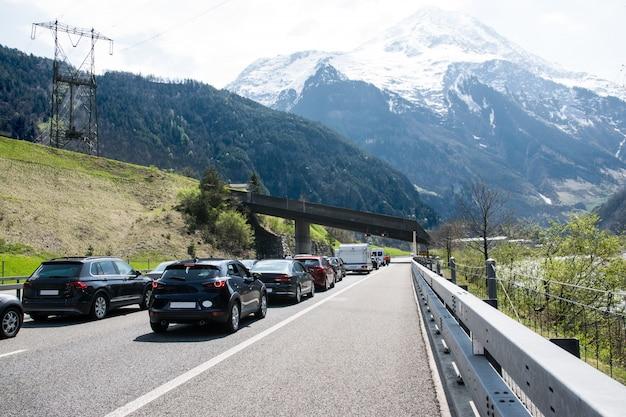 Samochody pozostają na drodze w szwajcarii.