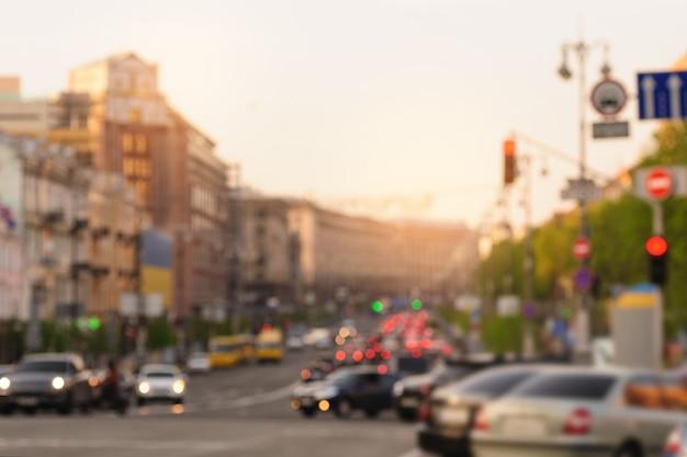 Samochody w dużym mieście na drodze z zamazaną ostrością