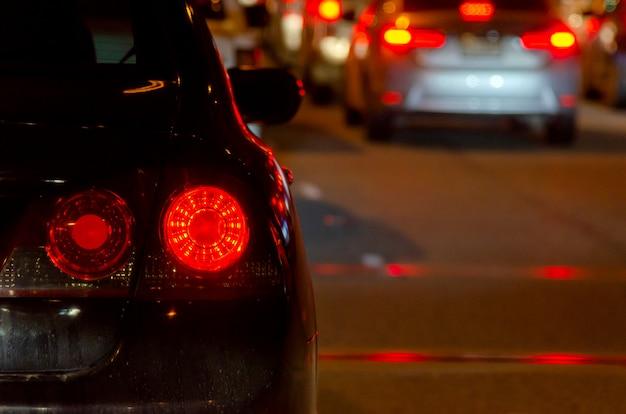 Samochody w korku w nocy
