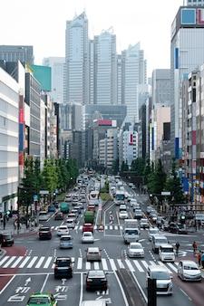 Samochody w ruchu miejskim w świetle dziennym