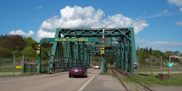 Samochody w ruchu na moście, port hastings, wyspa cape breton, nowa szkocja, kanada