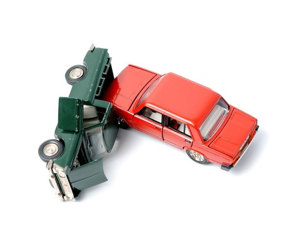 Samochody w wypadku na białym tle