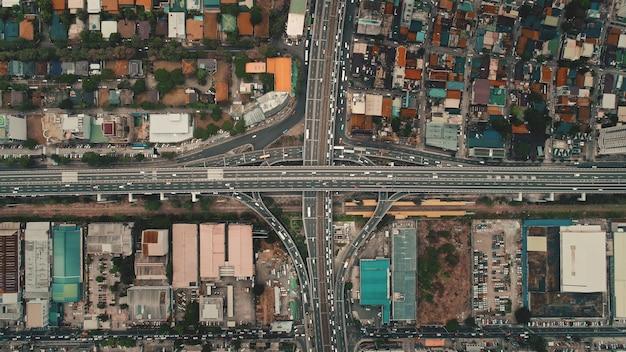 Samochody z góry na dół jadą autostradą poprzeczną w widoku z lotu ptaka. transport drogowy na autostradzie w mieście manila