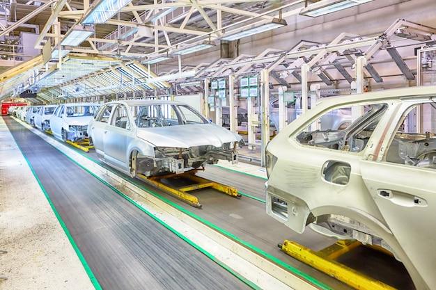 Samochody z rzędu w fabryce samochodów