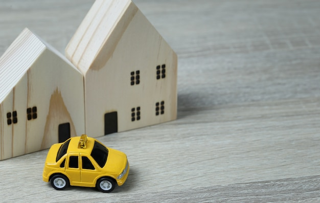 Samochody zabawkowe i domy drewniane.