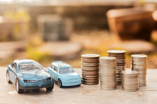 Samochody zabawkowe i stosy monet