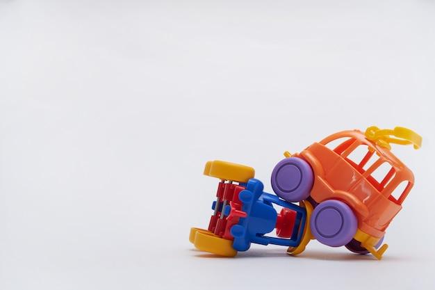 Samochody zabawkowe zderzyły się w wypadku. katastrofa na drodze z zabawkami