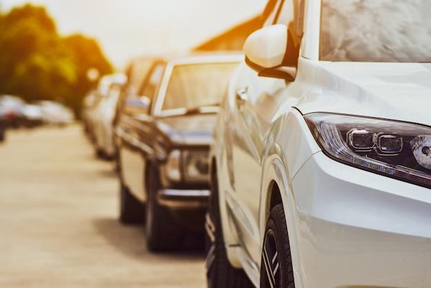 Samochody zaparkowane na drodze