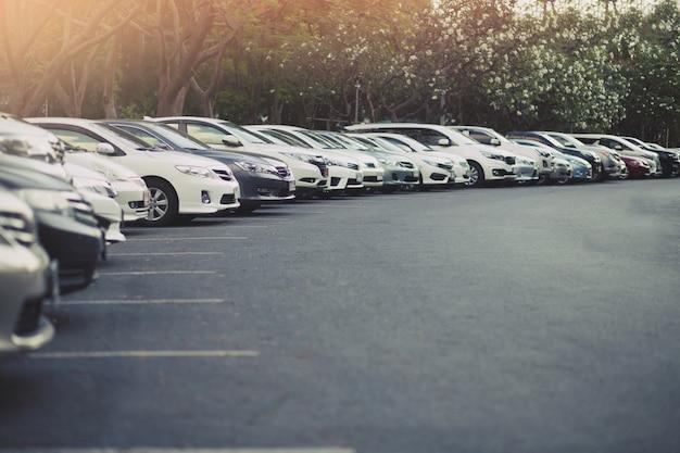 Samochody zaparkowane na parkingu. otwarta przestrzeń na zewnątrz.