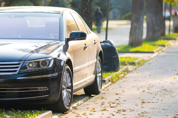 Samochody zaparkowane po stronie ulicy miasta w strefie dla pieszych.