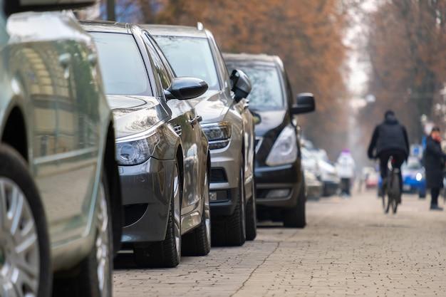 Samochody zaparkowane w rzędzie od strony ulicy miasta