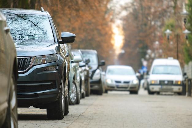 Samochody zaparkowane w rzędzie po stronie ulicy miasta