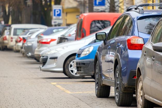 Samochody zaparkowane w rzędzie po stronie ulicy miasta.