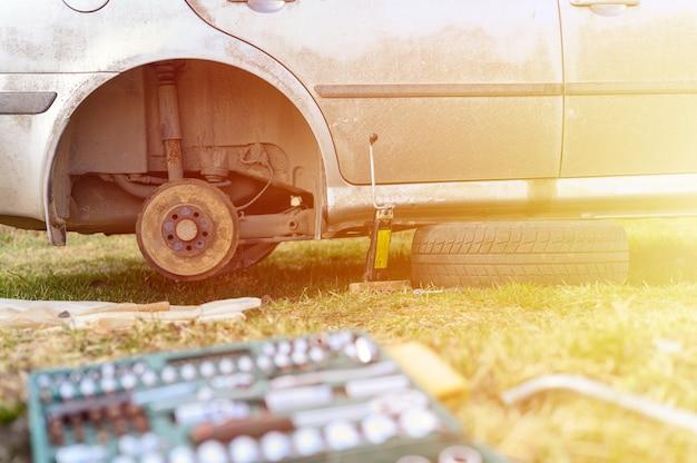 Samodzielna naprawa hamulca bębnowego samochodu. naprawa uszkodzonego hamulca bębnowego samochodu zdemontowanego na zewnątrz. migotać