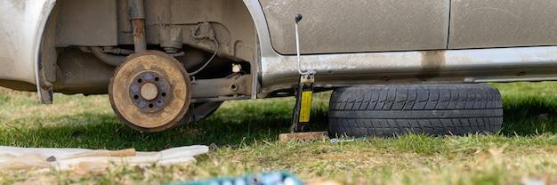 Samodzielna naprawa hamulca bębnowego samochodu. naprawa uszkodzonego hamulca bębnowego samochodu zdemontowanego na zewnątrz. transparent