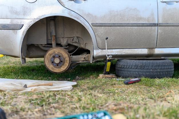 Samodzielna naprawa hamulca bębnowego samochodu. naprawa uszkodzonego hamulca bębnowego samochodu zdemontowanego na zewnątrz