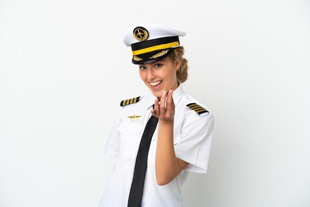 Samolot blond kobieta pilot na białym tle robi pieniądze gest