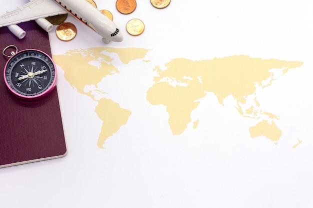 Samolot i mapa świata na białym blackground, koncepcja podróży