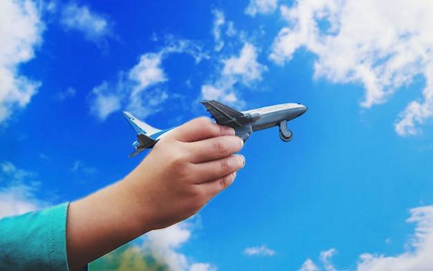 Samolot jest w rękach dziecka. selektywna ostrość.