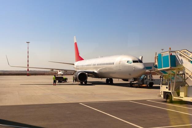Samolot jest zaparkowany w pobliżu bramy terminalu lotniska