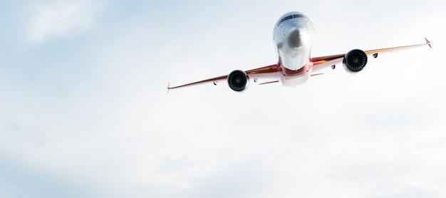 Samolot Lecący Na Błękitne Niebo. Premium Zdjęcia