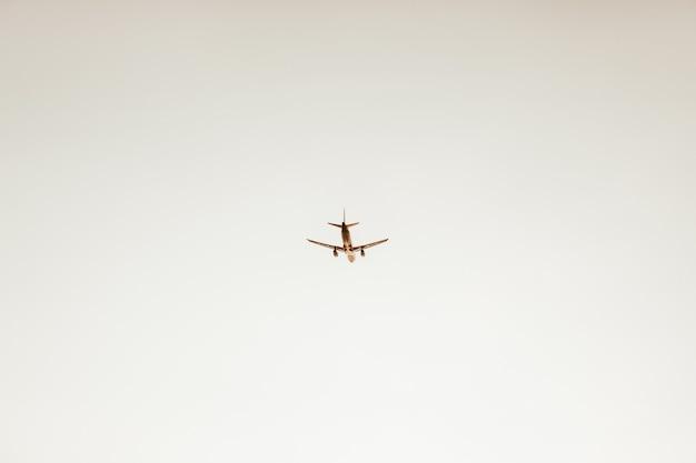 Samolot lecący na niebie o zachodzie słońca. koncepcja podróży, wakacji i wakacji