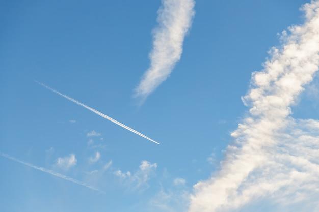 Samolot lecący na niebieskim niebie