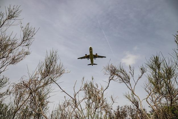 Samolot lecący nad delta del llobregat, el prat, katalonia, hiszpania