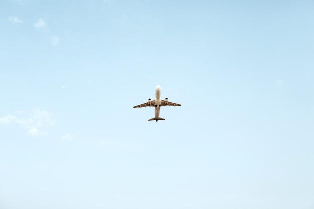 Samolot lecący w błękitne niebo. koncepcja podróży, wakacji i wakacji.