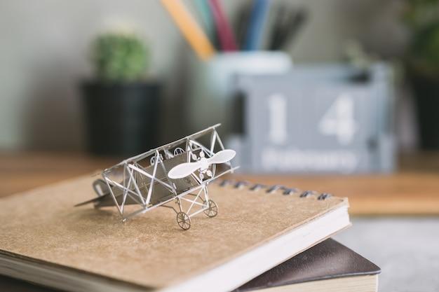 Samolot myśliwski z książkowym edukaci uczenie się planisty pojęciem.