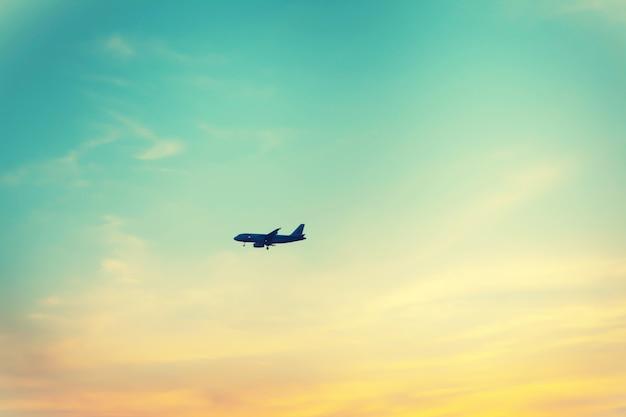 Samolot na kolorowym niebie