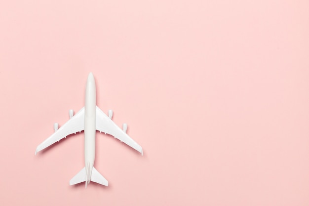 Samolot na koloru tle