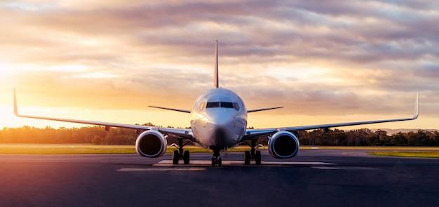 Samolot na lotniskowym pasie startowym przy zmierzchem w tasmania